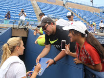 Jugador de tenis profesional Dominika Cibulkova de los autógrafos de firma de Eslovaquia después de la práctica para el US Open 2 Imagen de archivo