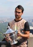 Jugador de tenis profesional Fabio Fognini de Italia que presenta con el trofeo del US Open en el top de la plataforma de observa Imagen de archivo libre de regalías