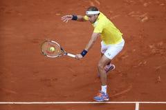 Jugador de tenis profesional Gilles Muller de Luxemburgo en la acción durante su segundo partido de la ronda en Roland Garros Imagen de archivo