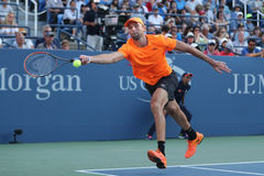 Jugador de tenis profesional Ivo Karlovic de Croacia en la acción durante el partido redondo cuatro del US Open 2016 Foto de archivo
