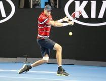 Jugador de tenis profesional John Isner de Estados Unidos en la acción durante su partido de la ronda 4 en Abierto de Australia 2 Foto de archivo libre de regalías