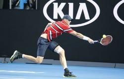 Jugador de tenis profesional John Isner de Estados Unidos en la acción durante su partido de la ronda 4 en Abierto de Australia 2 Fotografía de archivo libre de regalías