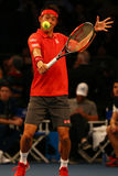 Jugador de tenis profesional Kei Nishikori de Japón en la acción durante evento del tenis del aniversario del arreglo de cuentas  Fotos de archivo