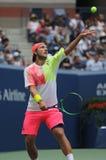 Jugador de tenis profesional Lucas Pouille de Francia en la acción durante su partido 2016 del cuarto de final del US Open imagenes de archivo