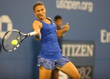 Jugador de tenis profesional Sara Errani de Italia durante el partido redondo 4 del US Open 2014 contra Caroline Wozniacki Fotos de archivo libres de regalías