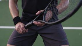 Jugador de tenis que celebra una estafa de tenis en corte dura almacen de metraje de vídeo