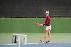 Jugador de tenis que comprueba objetivo Imagen de archivo