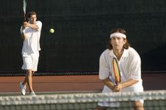 Jugador de tenis que golpea revés Imagen de archivo libre de regalías