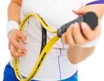 Jugador de tenis que juega en la estafa como en la guitarra Fotos de archivo