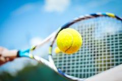 Jugador de tenis que juega un partido Fotos de archivo