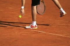 Jugador de tenis que se prepara para el servicio Fotos de archivo libres de regalías