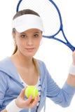 Jugador de tenis - raqueta de la explotación agrícola de la mujer joven Fotos de archivo libres de regalías