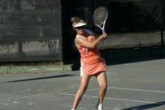 Jugador de tenis rubio en la acción Imagenes de archivo