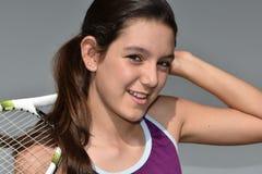 Jugador de tenis de sexo femenino adolescente feliz sonriente Fotos de archivo libres de regalías