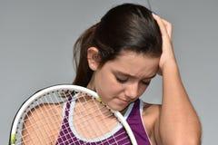 Jugador de tenis de sexo femenino adolescente subrayado confuso Imagen de archivo