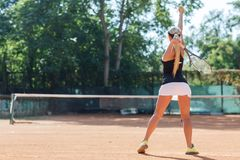 Jugador de tenis de sexo femenino en la acción Visión desde la parte posterior Imágenes de archivo libres de regalías