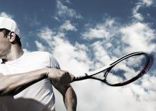 Jugador de tenis de sexo masculino en la acción Fotografía de archivo