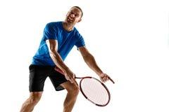 Jugador de tenis subrayado que discute con el imperio de la silla en la corte imagenes de archivo