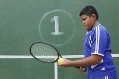 Jugador de tenis tailandés del muchacho Imágenes de archivo libres de regalías