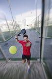 Jugador de tenis y bola de la paleta Fotografía de archivo libre de regalías