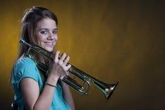Jugador de trompeta adolescente en amarillo Imagen de archivo libre de regalías