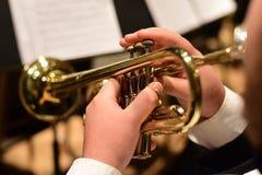 Jugador de trompeta en orquesta Imagen de archivo libre de regalías
