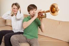 Jugador de trompeta molesto Fotografía de archivo