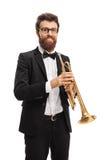 Jugador de trompeta que mira la cámara y la sonrisa imagenes de archivo