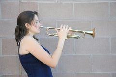 Jugador de trompeta de sexo femenino foto de archivo libre de regalías