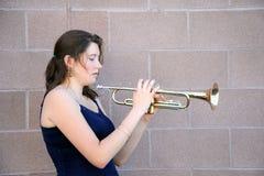 Jugador de trompeta de sexo femenino fotografía de archivo libre de regalías