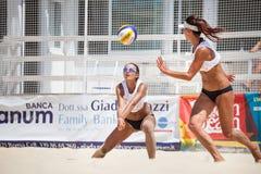 Jugador de voleibol de playa de la mujer defensa imagen de archivo
