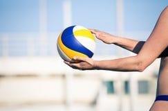 Jugador de voleibol de playa, jugando verano Mujer con la bola Fotos de archivo