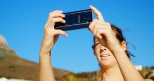 Jugador de voleibol femenino que hace clic las fotos con el teléfono móvil 4k metrajes