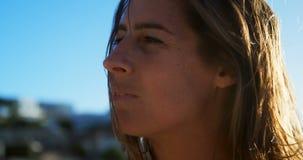Jugador de voleibol femenino que se relaja en la playa 4k metrajes