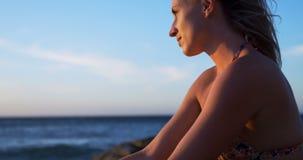 Jugador de voleibol femenino que se relaja en la playa 4k almacen de metraje de vídeo
