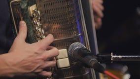 Jugador del acordeón - vista ascendente cercana de fingeres en el instrumento musical Fotos de archivo