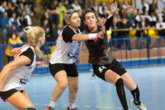 Jugador del balonmano en la acción durante el handb griego del final de la Copa de las mujeres Fotografía de archivo libre de regalías