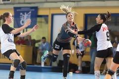 Jugador del balonmano en la acción durante el handb griego del final de la Copa de las mujeres Imagenes de archivo