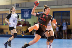 Jugador del balonmano en la acción durante el handb griego del final de la Copa de las mujeres Imagen de archivo