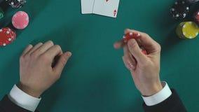 Jugador del casino que celebra microprocesadores en manos y que analiza el paso siguiente, estrategia empresarial almacen de metraje de vídeo