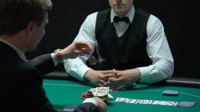 Jugador del casino que va todo incluido, apostando todas las llaves del dinero y de la propiedad, hombre de juego metrajes