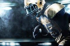 Jugador del deportista del fútbol americano en el estadio que corre en la acción Imagen de archivo