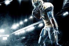 Jugador del deportista del fútbol americano en el estadio que corre en la acción Imágenes de archivo libres de regalías