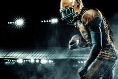 Jugador del deportista del fútbol americano en el estadio que corre en la acción Fotos de archivo libres de regalías