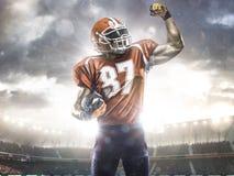Jugador del deportista del fútbol americano en estadio Imagen de archivo libre de regalías