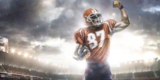Jugador del deportista del fútbol americano en estadio Imagenes de archivo
