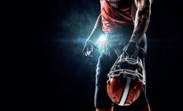 Jugador del deportista del fútbol americano en estadio Foto de archivo libre de regalías