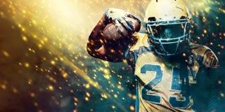 Jugador del deportista del fútbol americano en el estadio que corre en la acción Papel pintado del deporte con el copyspace imagen de archivo libre de regalías