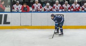 Jugador del hockey sobre hielo delante del banco imagen de archivo libre de regalías