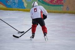 Jugador del hockey sobre hielo en el hielo Abra el estadio - juego de la obra clásica del invierno foto de archivo libre de regalías